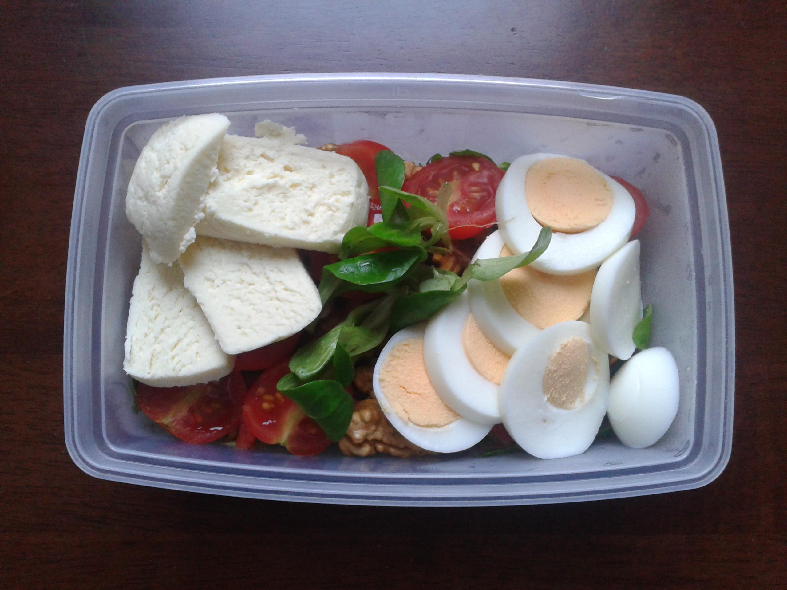 Saláta dióval és kecskesajttal