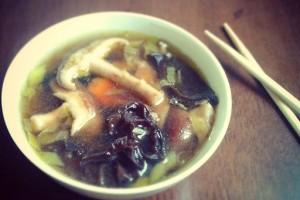 Kínai gombaleves shiitake és fafülgombával